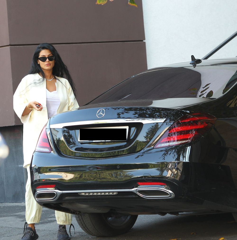"""Regina"" lui Florin Salam e ce trebuie: Mercedes top, ochelari Christian Dior (450 €) & adidași Yeezy Boost (2.400 €)"