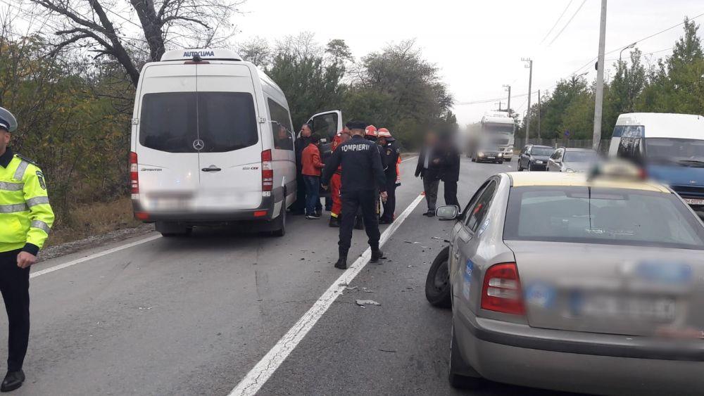 Încă un accident cu microbuz. Două persoane primesc îngrijiri medicale. Trafic blocat de DN72