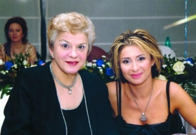 Anamaria Prodan a șocat lumea la mormântul mamei sale! Ce a pus în pachetele date de pomană