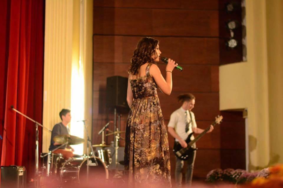 Andreea Rodiana Fumu iubea să cânte și să-i încânte pe cei din jur cu talentul ei. Această fotografie a fost făcută în 2016, cu doi ani înainte să primească diagnosticul crunt © Facebook